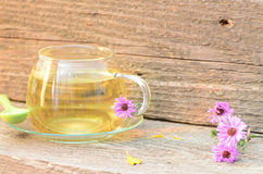 Taza de té con diversas flores Foto de archivo