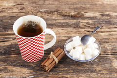 Taza de té con el azúcar y el canela Imágenes de archivo libres de regalías