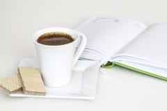 Taza de té con el cuaderno Fotografía de archivo