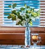 Taza de té con el emon y de cereza en fondo de madera Ventana Fotos de archivo libres de regalías
