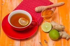 Taza de té con el jengibre, la miel y el limón Foto de archivo