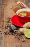Taza de té con el jengibre, la miel y el limón Fotografía de archivo libre de regalías