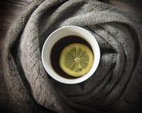 Taza de té con el limón Fotos de archivo libres de regalías