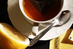 Taza de té con el limón Fotos de archivo