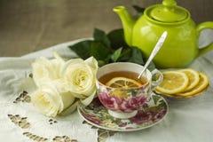 Taza de té con el limón Fotografía de archivo