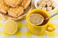 Taza de té con el limón, cuenco de azúcar aterronado Imagen de archivo libre de regalías