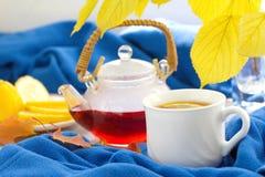 Taza de té con el limón en el día del otoño Imágenes de archivo libres de regalías