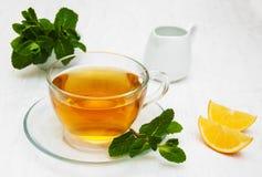 Taza de té con el limón y la menta Fotografía de archivo