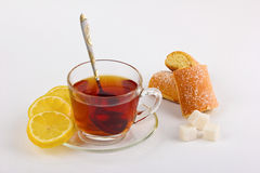 Taza de té con el limón y los pasteles Fotos de archivo libres de regalías