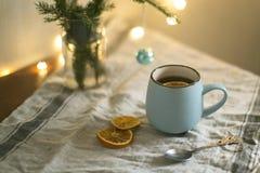 Taza de té con el ramo de la Navidad Imagen de archivo