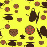Taza de té con galletas en fondo amarillo Imagen de archivo libre de regalías