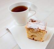 Taza de té con la empanada de manzana Imagenes de archivo