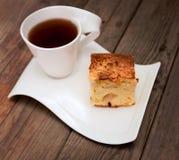 Taza de té con la empanada de manzana Imágenes de archivo libres de regalías