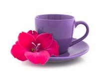 Taza de té con la flor en un fondo blanco Imágenes de archivo libres de regalías