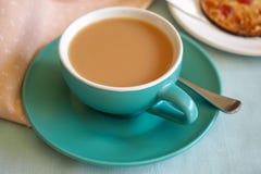 Taza de té con la galleta Foto de archivo libre de regalías