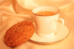 Taza de té con la galleta Fotografía de archivo