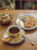 Taza de té con la galleta y la tetera del vintage Fotografía de archivo libre de regalías