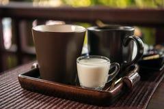 Taza de té con la leche en la tabla de madera, desayuno Imágenes de archivo libres de regalías