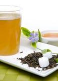 Taza de té con la miel y las flores Fotografía de archivo libre de regalías