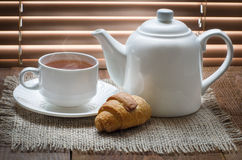 Taza de té con la tetera en la tabla de madera vieja Fotos de archivo libres de regalías