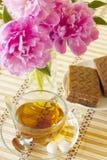 Taza de té con la torta de esponja Imagen de archivo libre de regalías