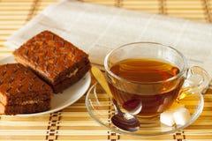 Taza de té con la torta de esponja Fotografía de archivo