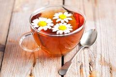Taza de té con las flores de la manzanilla imagen de archivo libre de regalías