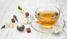 Taza de té con las flores del jazmín Fotos de archivo libres de regalías