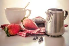 Taza de té con las fresas Fotografía de archivo