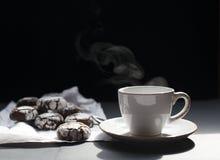Taza de té con las galletas fotografía de archivo libre de regalías