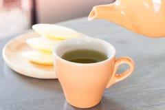 Taza de té con las galletas tailandesas tradicionales Fotos de archivo