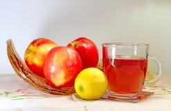 Taza de té con las manzanas imagen de archivo