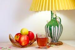 Taza de té con las manzanas imagen de archivo libre de regalías
