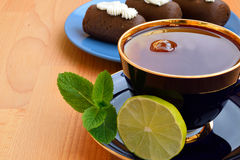Taza de té con las tortas, la menta y la cal Fotos de archivo libres de regalías