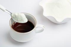 Taza de té con leche en polvo de la lechería fotografía de archivo libre de regalías