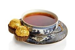 Taza de té con los dulces Foto de archivo libre de regalías