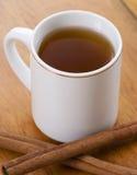Taza de té con los palillos de cinamomo Imagenes de archivo