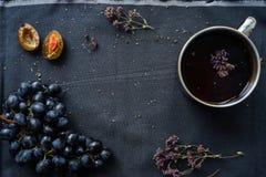 Taza de té con orégano imagenes de archivo