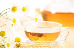 Taza de té con té de manzanilla herbario Fotografía de archivo libre de regalías