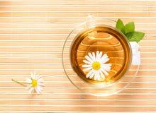 Taza de té con té de manzanilla herbario Imagen de archivo
