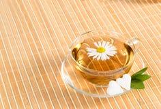 Taza de té con té de manzanilla herbario Imagen de archivo libre de regalías