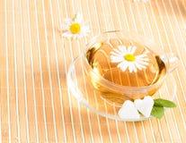Taza de té con té de manzanilla herbario Foto de archivo