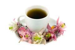 taza de té con té y flores Foto de archivo