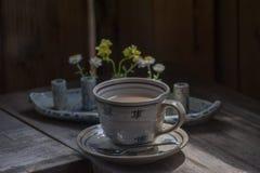 Taza de té de cerámica retra con la placa Fotos de archivo libres de regalías