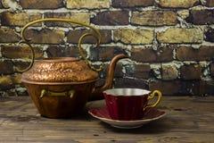 Taza de té de cobre/de cobre amarillo de la caldera y de la porcelana de hueso fotografía de archivo