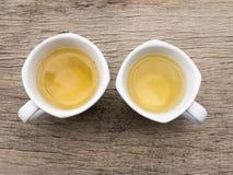 Taza de té de dos blancos en la madera Fotografía de archivo