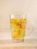 Taza de té de la cal con el flor secado Foto de archivo