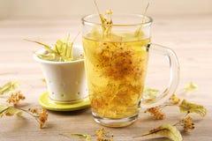 Taza de té de la cal con el flor secado Imágenes de archivo libres de regalías