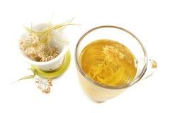 Taza de té de la cal con el flor secado Fotos de archivo