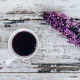 Taza de té de la fruta en la tabla de madera del vintage con la rama de la lila Imágenes de archivo libres de regalías
